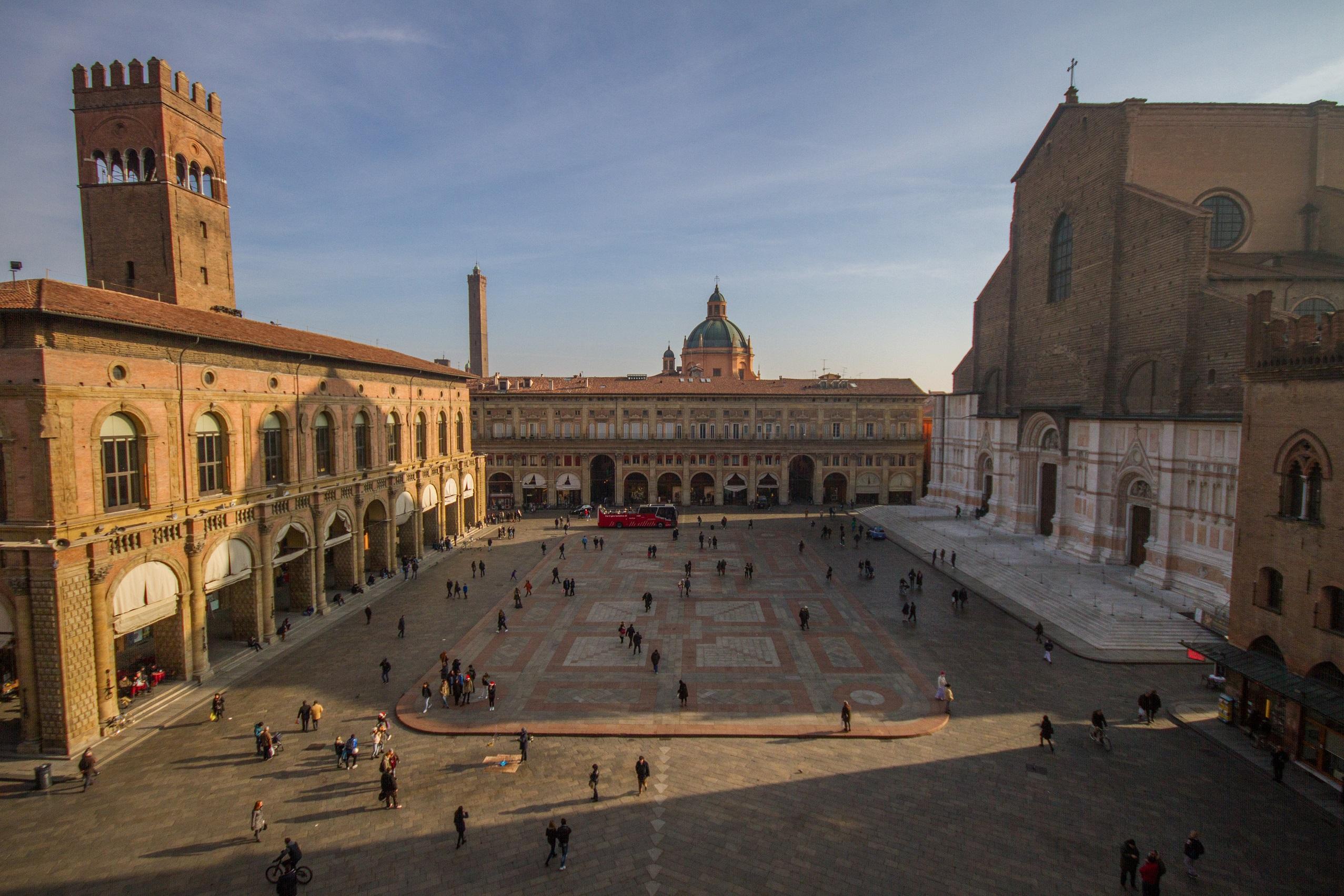 Bologna PiazzaMaggiore   Banca Valsabbina